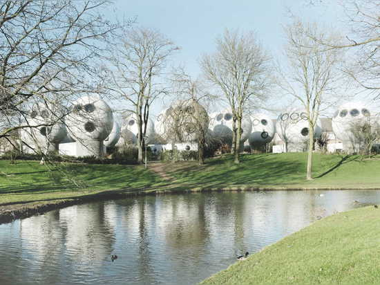 They were built in a stereotypic Dutch suburban setting, featuring little streams, lawns and trees.