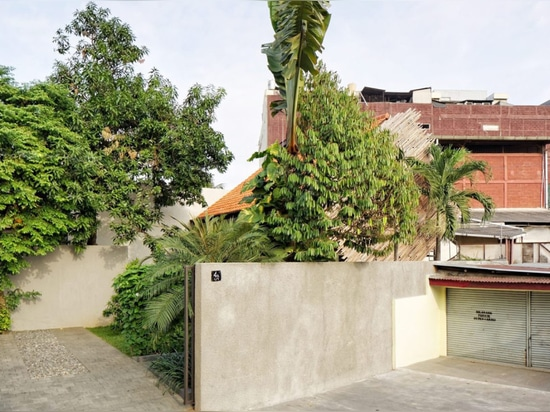 Renovated Jakarta home fights sultry summers with ventilation, green space and shade