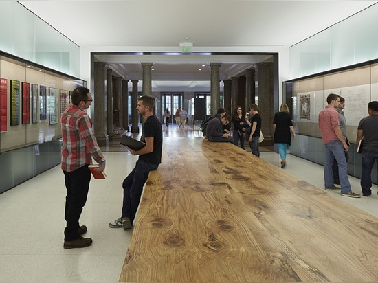 Central lobby on main campus axis with display vitrines and read oak tableau ( Photo © : Timothy Hursley )