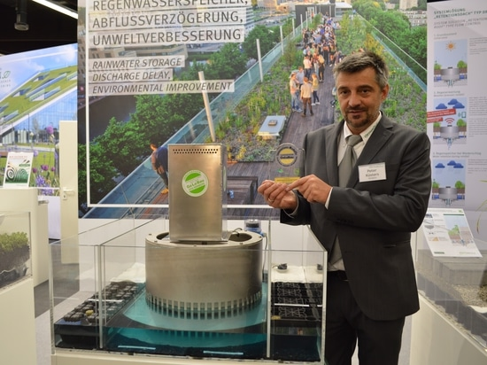 Peter Küster, Director Applications Engineering at Optigreen Germany with the GaLaBau Exhibition's innovation medal for the new Optigreen System Solution Retention Roof Type Flow Control 4.0 Smart ...