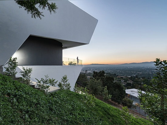 arsha architects' angular mu77 home perches over hollywood hills