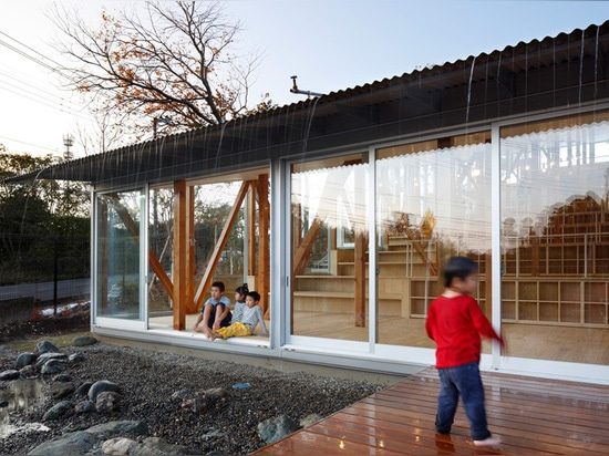 the rainwater mechanism promotes roof cooling and creates a waterfall for children to play in