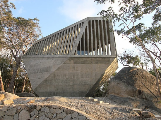 BNKR arquitectura shares new photos of the sunset chapel in the acapulco hills
