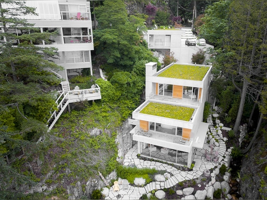 Gleneagles Drive Residence fits into the steep coastal landscape and with that retains a balance between nature and architecture. Source: Brett Ryan Studios, Vancouver