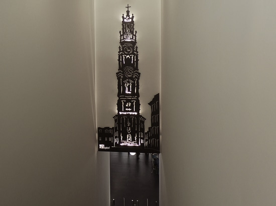 It is an intervention in a wall spanning with 8.6 m height, with a new interpretation of the Clérigos Tower