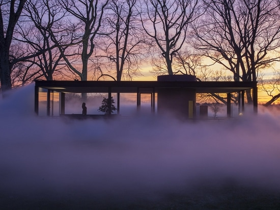 Artist Fujiko Nakaya Shrouds Philip Johnson's Glass House in Fog. © Richard Barnes