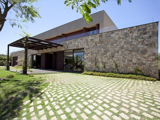 contemporary brazilian country house integrated into nature, by deborah roig