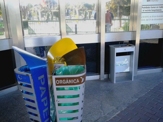 The recycling station Sydney and the sand ashtray Sahara with advertisement board of Cervic Environment.