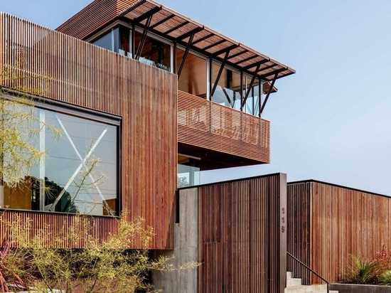 shubin donaldson wraps california residence in ipe wood screens and glass