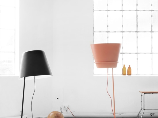 Thanks to its movable shade, the light of the Up and Down lamp can be directed towards the floor or towards the ceiling.