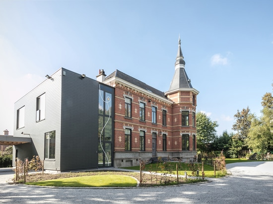 A contrasting pair: a black block was added to the existing structure and gives a modern and linear design language to the Belgian brick building. Photo: Valerie Clarysse, Beeldpunt