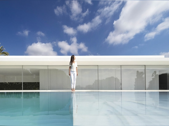 Reinventing the Glass Box House: Casa Hofmann in Valencia