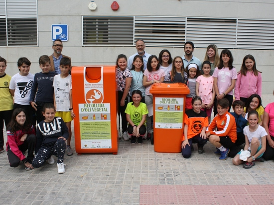 The students of the Colegio Jorge Juan encourage the recycling of used oil