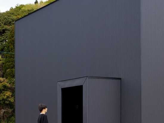 atelier kenta eto wraps cube house in black aluminum in kadokawa, japan