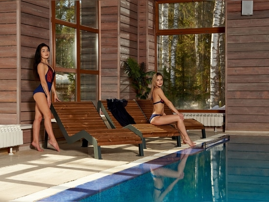 Pool area – lounge chairs