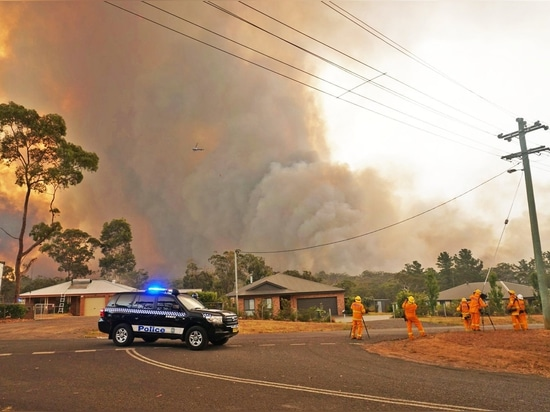 The Green Wattle Creek bushfire moves towards the Southern Highlands township of Yanderra as police evacuate residents from Yanderra Road.
