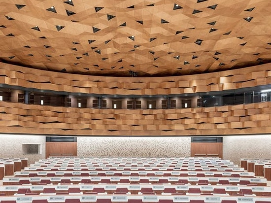 The restyling of the ceiling was done with Mesh Sheets, the most iconic product of the WOOD-SKIN family, which allows total freedom of form.