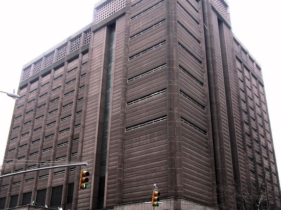 """The Manhattan Detention Complex, also known as """"The Tombs,"""" designed by Urbahn Assocs. and Litchfield-Grosfeld Associates in 1989."""