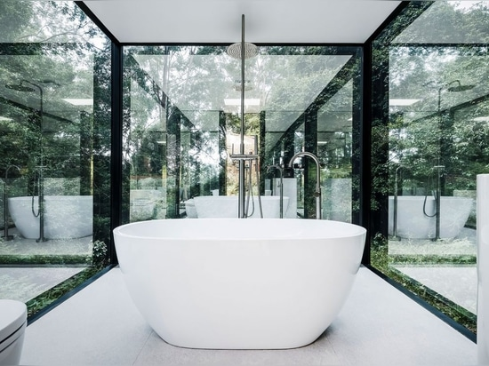 The only one-way mirrors means that while the exterior remains highly reflective, the bathroom is transparent from the inside.