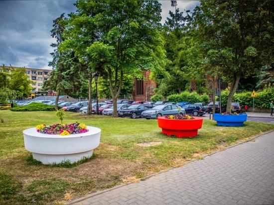 Large flower pots Gianto / with a seat / TerraFormdeisgn.eu