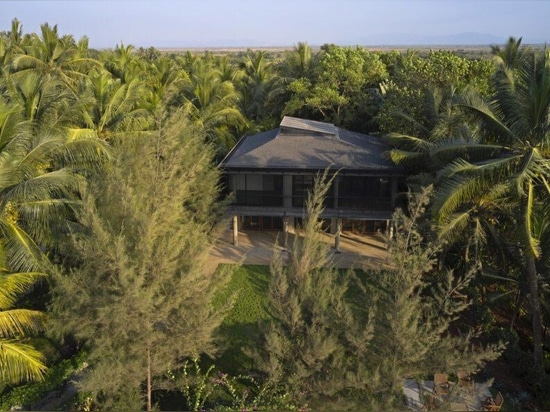 Solar-powered coastal home opens up to views of the Arabian Sea