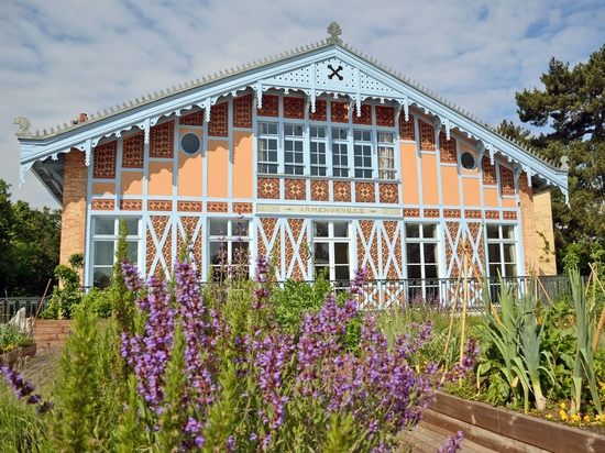 The historic Pavillon d'Armenonville was built as a hunting lodge in the 17th century; today it is a venue for all types of events for up to 2000 guests. © Ecovegetal