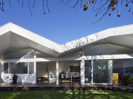 Clad Pad House Renovation / Mihaly Slocombe