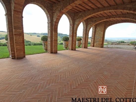 Outdoor floor in terracotta, an Italian historian