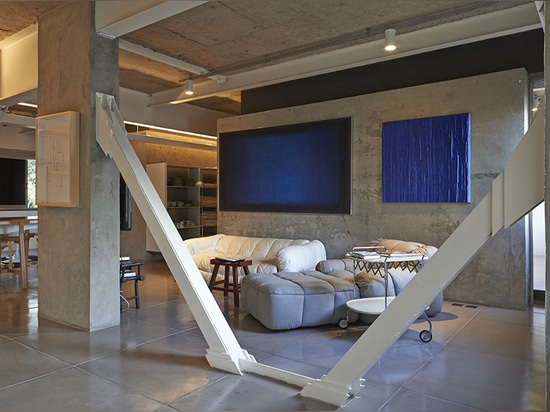 the exposed iron beams painted in white add up as a the principal element of the design
