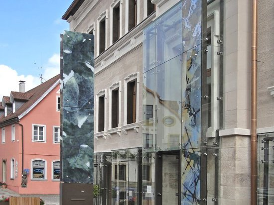 the main entrance has been intervened with the same aesthetics of the façade, creating a unity between them