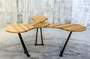 オリジナルなデザインの会議用テーブル