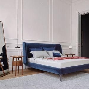 伝統的なデザインのベッドサイドテーブル