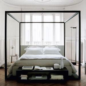キャノピー付きベッド