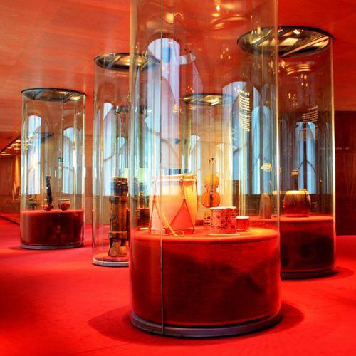 コンテンポラリー展示ケース / 湾曲ガラス製 / 照光式 / 美術館