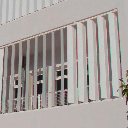 アルミ製日射遮蔽 / 建物の正面用 / 縦型 / 方向調節可能