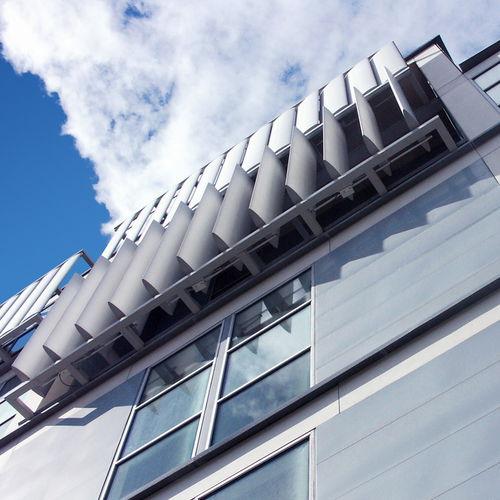 押し出しアルミニウム製日射遮蔽 / 建物の正面用 / 縦型 / 方向調節可能