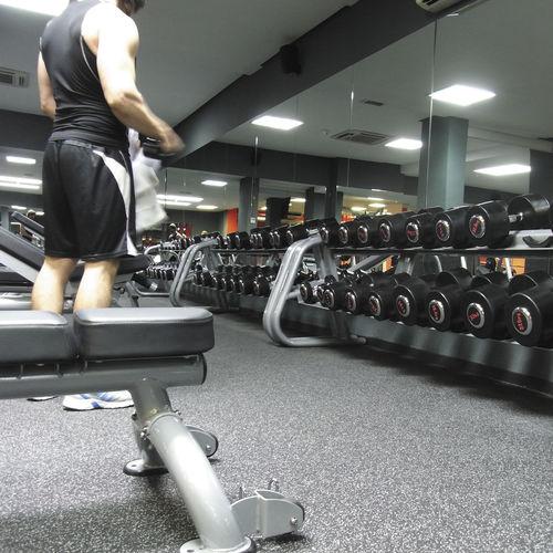 ゴム製スポーツ施設用床材