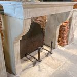 伝統的なデザインの炉棚