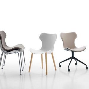 cadeira contemporânea / com rodízios / empilhável / estofada