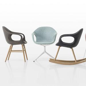 cadeira de design escandinavo / estofada / com braços / com base tipo trenó