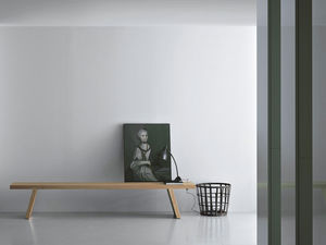 banco contemporâneo / em madeira maciça / de Piero Lissoni