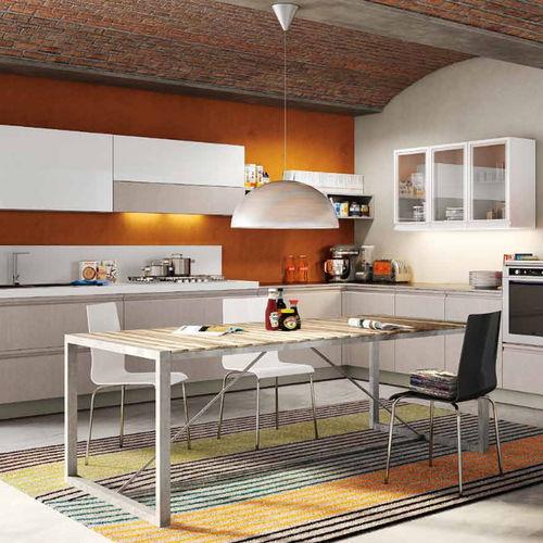 cozinha contemporânea / com folheado de madeira / em L / sem puxadores