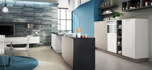 cozinha contemporânea / com folheado de madeira / com ilha / lacada