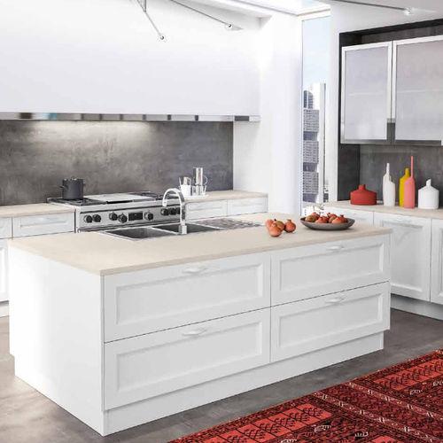 cozinha clássica / em madeira / com ilha / lacada