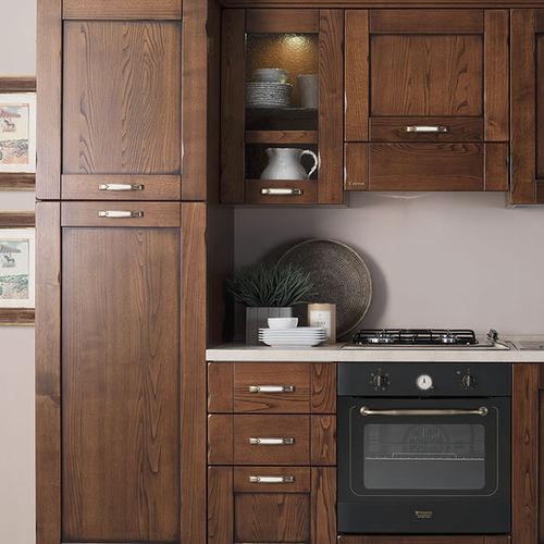 cozinha clássica / em nogueira / com pegas