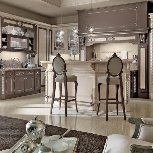 cozinha clássica / em madeira lacada / com ilha / com pegas