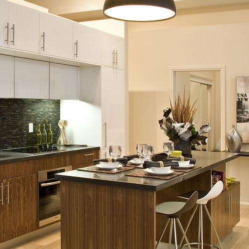 cozinha contemporânea / em madeira / com ilha / em L