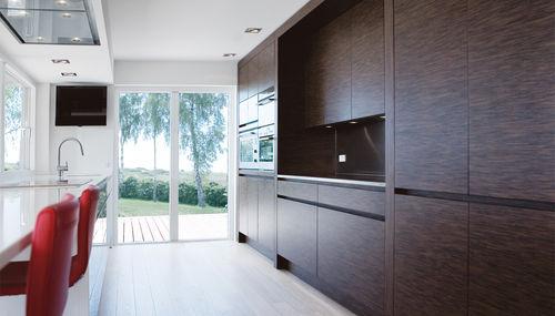 cozinha contemporânea / com folheado de madeira / em Corian® / com ilha