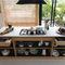 cozinha contemporânea / em madeira / com ilha / sem puxadores
